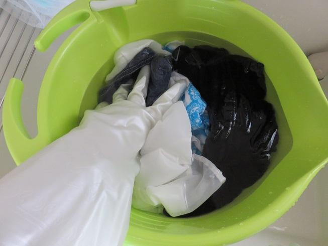 ゴム手袋を着けて洗濯物をもみ込みます
