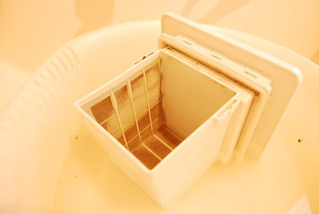ドラム式洗濯機の乾燥フィルターをセスキ水に浸しているところ