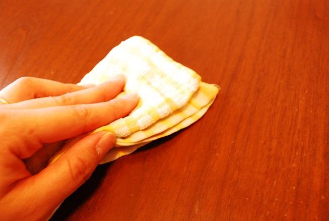 煮洗いの終わった布巾でテーブルを拭く
