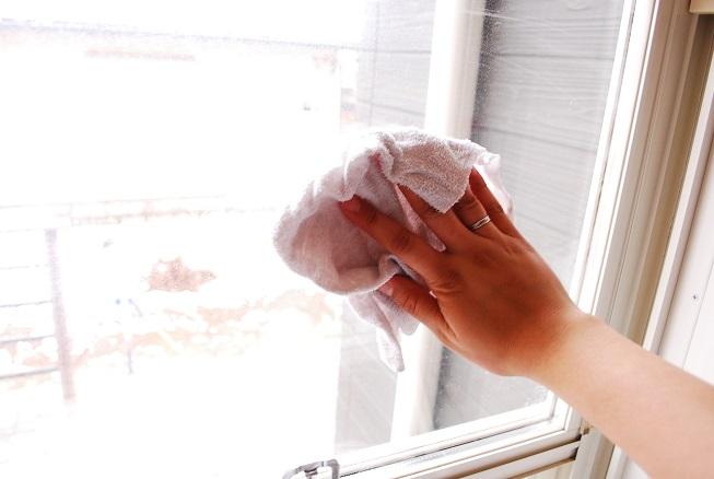 窓を水拭きしているところ